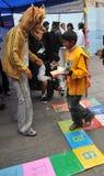 医学系的学生给类在街道上的人在健康生活方式 免版税库存图片