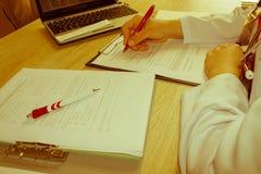 医学doctor& x27; s工作表 医疗保健和医疗概念 免版税库存照片