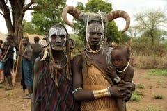 婴孩、mursi种族的妈妈和祖母 免版税图库摄影