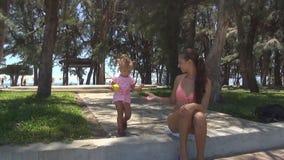 婴孩下来从遏制 母亲帮助她 股票视频