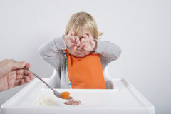 婴孩不喜欢红萝卜 免版税图库摄影