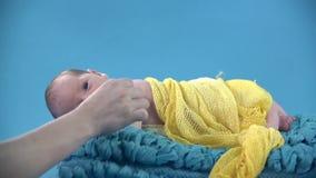 婴孩与在它的安慰者睡觉平安地是嘴 股票视频