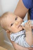 婴孩人工喂养 库存照片