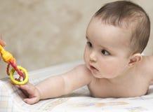 婴孩伸手玩具吵闹声 免版税库存照片