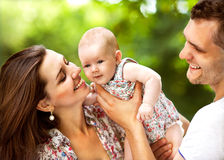 婴孩做父母公园 免版税库存图片