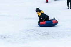 婴孩冬天sledding在乌拉尔河, 免版税库存图片