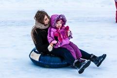 婴孩冬天sledding在乌拉尔河 库存图片