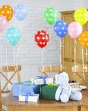 婴孩出生的男孩看板卡新的阵雨 甜点和礼物在桌上 库存照片