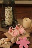 婴孩剪报查出的路径粉红色穿上鞋子白色 库存图片
