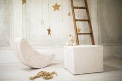 婴孩卡片,轻的灰棕色,舒适children& x27; 有一个软的玩具的s室 免版税库存图片