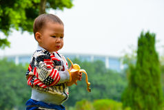 婴孩吃果子 库存图片