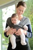 婴孩吊索套的新出生的婴孩 免版税库存照片