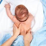婴孩后面按摩 免版税图库摄影