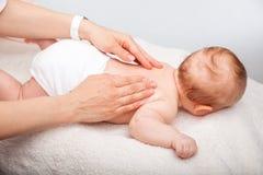 婴孩后面按摩 免版税库存照片
