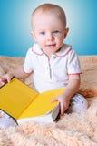 婴孩和书 免版税库存照片