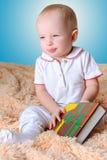 婴孩和书 库存照片