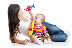 婴孩和妈妈戏剧音乐会玩具 图库摄影