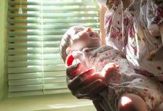 婴孩和妈妈窗口的 图库摄影