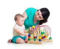婴孩和母亲使用与颜色教育玩具 免版税库存图片