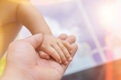 婴孩和母亲,家庭关系的概念的手 免版税库存图片
