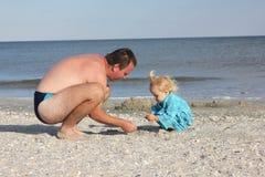 婴孩和父亲海滩的 免版税图库摄影