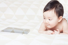 婴孩和片剂个人计算机 免版税库存照片