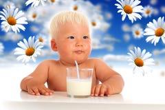 婴孩和牛奶。 免版税图库摄影