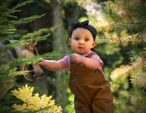 婴孩和狗在森林里 库存图片