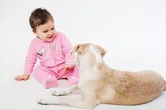 婴孩和狗 免版税库存照片