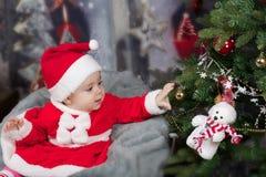 婴孩圣诞节女孩结构树 图库摄影