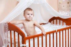 婴孩在小孩子的床上 图库摄影