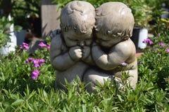 婴孩在庭院里 免版税库存照片