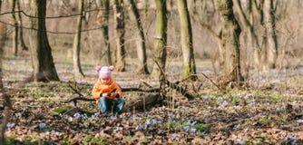 婴孩在森林里 图库摄影