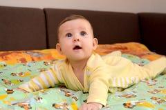 婴孩在胃说谎和充满惊讶查寻 库存照片
