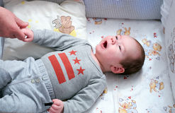 婴孩在婴儿床上 免版税库存图片