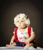 婴孩坐毯子 免版税库存照片