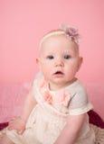 婴孩坐的里程碑 免版税库存照片