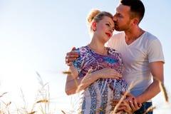 婴孩夫妇等待的年轻人 免版税库存图片