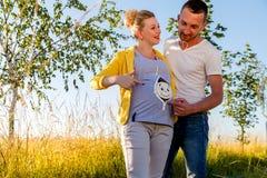 婴孩夫妇等待的年轻人 免版税库存照片