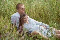 婴孩夫妇等待 免版税图库摄影