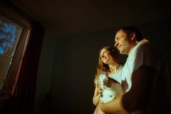 婴孩夫妇预计 愉快的未来爸爸和他的 免版税库存图片