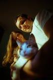 婴孩夫妇预计 愉快的未来爸爸和他的 免版税库存照片