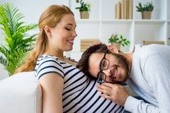 婴孩夫妇预计 免版税库存图片