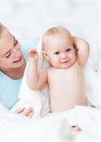 婴孩她母亲使用 图库摄影