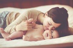 婴孩她的妈妈 免版税库存照片