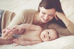 婴孩她的妈妈 免版税库存图片