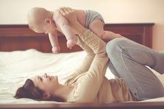 婴孩她的妈妈 库存图片