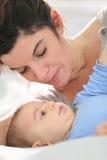 婴孩她的母亲纵向 库存图片