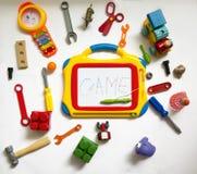 孩子、乐趣背景与玩具和一个磁性委员会recordi的 免版税库存图片