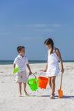 孩子、男孩、使用在海滩的女孩、兄弟&姐妹 免版税库存图片